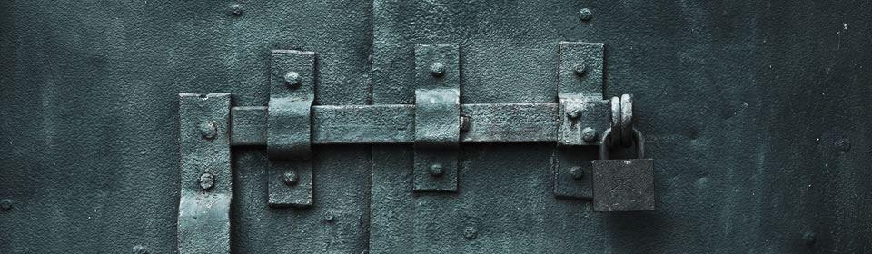 ijzeren deur met hangslot