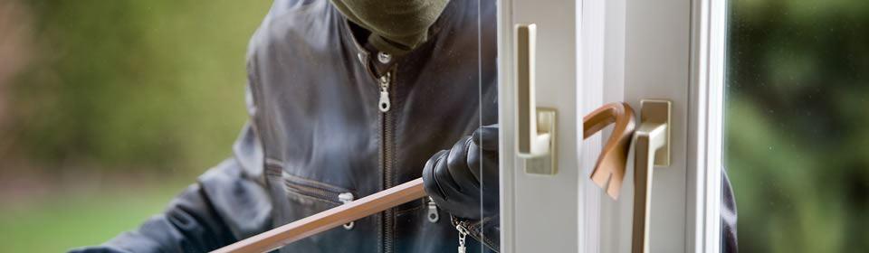 inbreker forceert raam en zorgt voor inbraakschade
